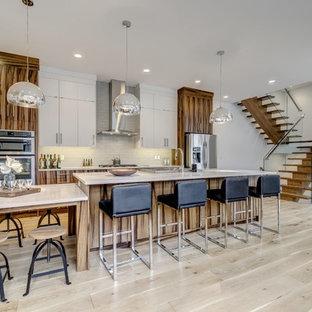 Foto di un'ampia cucina moderna con ante marroni, top in pietra calcarea, paraspruzzi bianco, pavimento in ardesia, pavimento beige e top beige