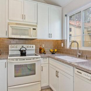 Idéer för att renovera ett avskilt, litet vintage u-kök, med skåp i shakerstil, vita skåp, bänkskiva i kvarts, beige stänkskydd, stänkskydd i tunnelbanekakel, vita vitvaror, en undermonterad diskho och klinkergolv i porslin