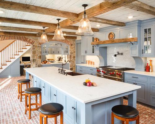 Cucina con ante blu e pavimento in mattoni - Foto e Idee per ...