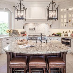 Idee per una cucina chic con lavello sottopiano, top in granito, elettrodomestici da incasso, ante a filo, paraspruzzi beige, paraspruzzi con piastrelle in ceramica, pavimento con piastrelle in ceramica, pavimento beige, top multicolore e ante bianche