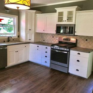 Diseño de cocina comedor en L, moderna, de tamaño medio, con puertas de armario blancas, encimera de laminado y salpicadero de travertino