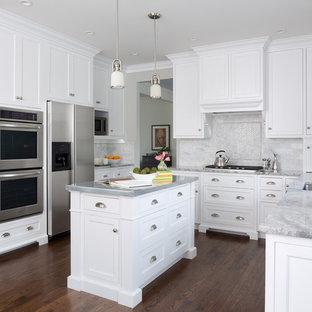 Источник вдохновения для домашнего уюта: п-образная кухня среднего размера в классическом стиле с обеденным столом, врезной раковиной, фасадами в стиле шейкер, белыми фасадами, столешницей из цинка, серым фартуком, фартуком из мрамора, техникой из нержавеющей стали, паркетным полом среднего тона, островом и коричневым полом