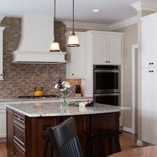 セントルイスの中サイズのトランジショナルスタイルのおしゃれなキッチン (アンダーカウンターシンク、インセット扉のキャビネット、白いキャビネット、御影石カウンター、マルチカラーのキッチンパネル、レンガのキッチンパネル、シルバーの調理設備の、無垢フローリング) の写真