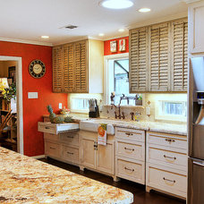Tropical Kitchen by Greymark Construction Company