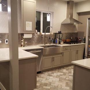 Esempio di una cucina minimalista di medie dimensioni con lavello stile country, ante grigie, paraspruzzi a effetto metallico, paraspruzzi con piastrelle di metallo, elettrodomestici in acciaio inossidabile, pavimento in mattoni e pavimento grigio