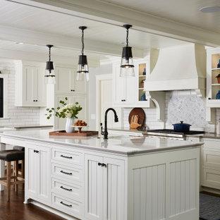 Exempel på ett stort lantligt grå grått l-kök, med en rustik diskho, vita skåp, bänkskiva i kvarts, vitt stänkskydd, mörkt trägolv, en köksö, brunt golv, skåp i shakerstil och stänkskydd i tunnelbanekakel