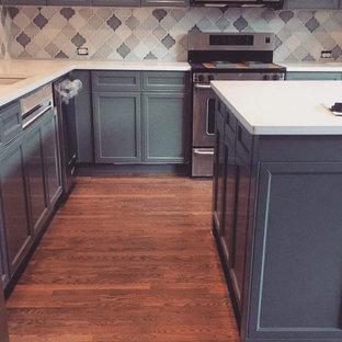 ダラスの中サイズのコンテンポラリースタイルのおしゃれなキッチン (ダブルシンク、シェーカースタイル扉のキャビネット、ターコイズのキャビネット、クオーツストーンカウンター、セラミックタイルのキッチンパネル、黒い調理設備、淡色無垢フローリング) の写真