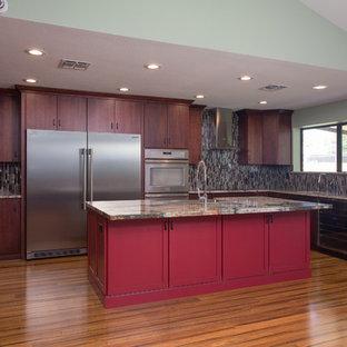 Mittelgroße Klassische Wohnküche in U-Form mit Landhausspüle, flächenbündigen Schrankfronten, dunklen Holzschränken, Granit-Arbeitsplatte, bunter Rückwand, Rückwand aus Stäbchenfliesen, Küchengeräten aus Edelstahl, Kücheninsel, braunem Boden und dunklem Holzboden in Sonstige