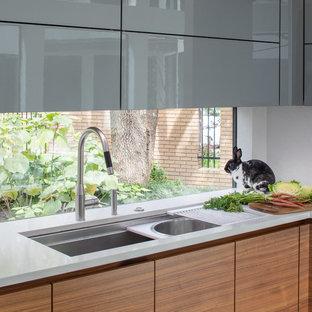 Idéer för mellanstora funkis lila kök och matrum, med en undermonterad diskho, släta luckor, skåp i mellenmörkt trä, bänkskiva i koppar, rostfria vitvaror, klinkergolv i porslin, en köksö och vitt golv