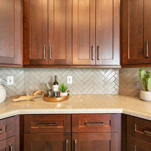 フェニックスの中サイズのトランジショナルスタイルのおしゃれなキッチン (シングルシンク、シェーカースタイル扉のキャビネット、茶色いキャビネット、御影石カウンター、グレーのキッチンパネル、レンガのキッチンパネル、シルバーの調理設備の、磁器タイルの床、茶色い床、マルチカラーのキッチンカウンター) の写真