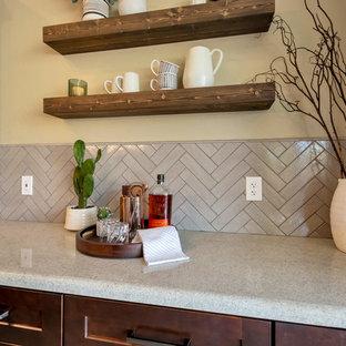 フェニックスの中くらいのトランジショナルスタイルのおしゃれなキッチン (シングルシンク、シェーカースタイル扉のキャビネット、茶色いキャビネット、御影石カウンター、グレーのキッチンパネル、レンガのキッチンパネル、シルバーの調理設備、磁器タイルの床、茶色い床、マルチカラーのキッチンカウンター) の写真