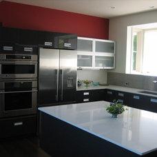 Modern Kitchen by Metropolitan Cabinets & Countertops