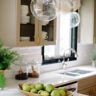 Foto di una piccola cucina eclettica con lavello a doppia vasca, ante di vetro, ante beige, top in laminato, paraspruzzi bianco, paraspruzzi con piastrelle diamantate, elettrodomestici in acciaio inossidabile e penisola