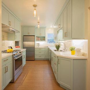 Inspiration för ett avskilt, litet vintage vit vitt u-kök, med bänkskiva i kvarts, vitt stänkskydd, stänkskydd i terrakottakakel, rostfria vitvaror, vinylgolv, brunt golv, en dubbel diskho, skåp i shakerstil och gröna skåp