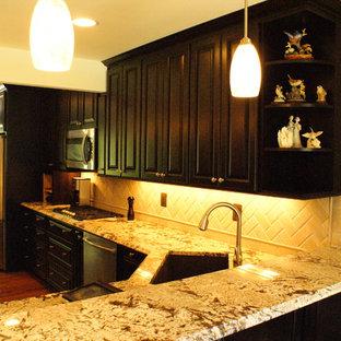 ワシントンD.C.の広いモダンスタイルのおしゃれなキッチン (アンダーカウンターシンク、レイズドパネル扉のキャビネット、濃色木目調キャビネット、御影石カウンター、ベージュキッチンパネル、石タイルのキッチンパネル、シルバーの調理設備、無垢フローリング、茶色い床、ベージュのキッチンカウンター) の写真
