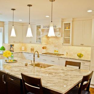 Idee per una grande cucina classica con ante bianche, paraspruzzi con piastrelle diamantate, elettrodomestici in acciaio inossidabile, isola, lavello sottopiano, ante in stile shaker, top in granito, paraspruzzi bianco e parquet scuro