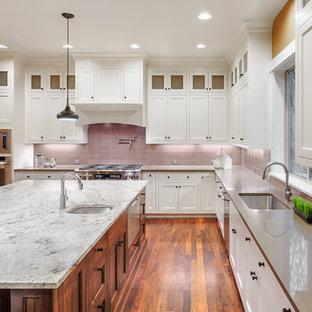 Idéer för ett stort klassiskt grå u-kök, med en undermonterad diskho, skåp i shakerstil, vita skåp, bänkskiva i kvarts, rosa stänkskydd, stänkskydd i glaskakel, rostfria vitvaror, bambugolv, en köksö och brunt golv