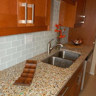 Foto di una cucina tradizionale di medie dimensioni con lavello a doppia vasca, ante in stile shaker, ante in legno bruno, top in vetro, paraspruzzi blu, paraspruzzi con piastrelle di vetro, elettrodomestici in acciaio inossidabile e pavimento in gres porcellanato