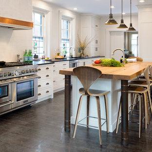 他の地域の中くらいのインダストリアルスタイルのおしゃれなキッチン (アンダーカウンターシンク、シェーカースタイル扉のキャビネット、白いキャビネット、ソープストーンカウンター、白いキッチンパネル、サブウェイタイルのキッチンパネル、シルバーの調理設備、磁器タイルの床、茶色い床) の写真