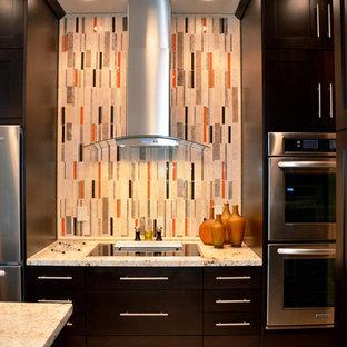 Moderne Küche mit flächenbündigen Schrankfronten, dunklen Holzschränken, Granit-Arbeitsplatte, Küchenrückwand in Orange, Rückwand aus Mosaikfliesen, Küchengeräten aus Edelstahl und Kücheninsel in Miami