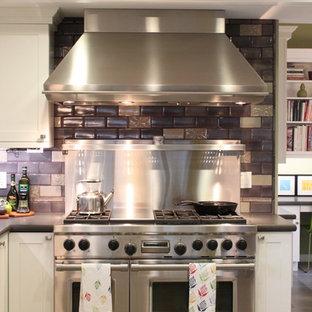 サンフランシスコのエクレクティックスタイルのおしゃれなキッチン (シルバーの調理設備の、シェーカースタイル扉のキャビネット、白いキャビネット、マルチカラーのキッチンパネル、サブウェイタイルのキッチンパネル) の写真