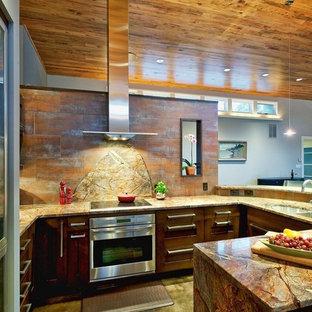 Offene, Mittelgroße Moderne Küche in U-Form mit flächenbündigen Schrankfronten, Quarzit-Arbeitsplatte, Küchenrückwand in Orange, Rückwand aus Metallfliesen, Küchengeräten aus Edelstahl, dunklem Holzboden, Halbinsel, Doppelwaschbecken und lila Schränken in Sonstige