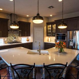 Свежая идея для дизайна: большая кухня-гостиная в классическом стиле с врезной раковиной, серыми фасадами, столешницей из кварцевого агломерата, разноцветным фартуком, фартуком из стеклянной плитки, техникой из нержавеющей стали, темным паркетным полом, островом, красным полом и бежевой столешницей - отличное фото интерьера