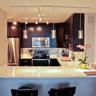 Idee per una cucina moderna di medie dimensioni con lavello sottopiano, ante in legno bruno, top in granito, paraspruzzi a effetto metallico, paraspruzzi con piastrelle di vetro, elettrodomestici in acciaio inossidabile, parquet scuro, nessuna isola, ante con riquadro incassato e top bianco