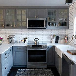 Kleine Shabby-Look Wohnküche in U-Form mit Landhausspüle, Glasfronten, grauen Schränken, Küchenrückwand in Weiß und Küchengeräten aus Edelstahl in Los Angeles