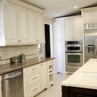 Стильный дизайн: параллельная кухня среднего размера в классическом стиле с обеденным столом, раковиной в стиле кантри, фасадами в стиле шейкер, бежевыми фасадами, столешницей из кварцевого агломерата, бежевым фартуком, фартуком из травертина, техникой из нержавеющей стали, мраморным полом, островом, белым полом и бежевой столешницей - последний тренд