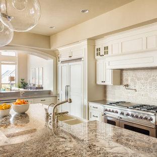 Esempio di una grande cucina design con lavello da incasso, ante in stile shaker, top in granito, paraspruzzi rosa, paraspruzzi con piastrelle di cemento, elettrodomestici in acciaio inossidabile, parquet scuro, isola, pavimento marrone e top multicolore