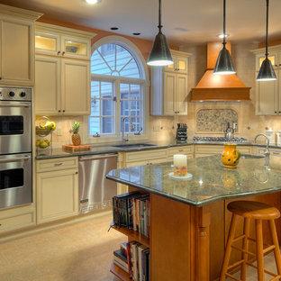 Große Klassische Wohnküche in L-Form mit Granit-Arbeitsplatte, Unterbauwaschbecken, profilierten Schrankfronten, weißen Schränken, Küchenrückwand in Beige, Rückwand aus Porzellanfliesen, Küchengeräten aus Edelstahl, Porzellan-Bodenfliesen, Kücheninsel und grüner Arbeitsplatte in Philadelphia