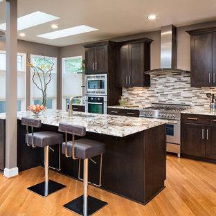 Неиссякаемый источник вдохновения для домашнего уюта: параллельная кухня в стиле современная классика с фасадами в стиле шейкер, темными деревянными фасадами, разноцветным фартуком, фартуком из удлиненной плитки, техникой из нержавеющей стали, паркетным полом среднего тона, островом, врезной раковиной и столешницей из оникса