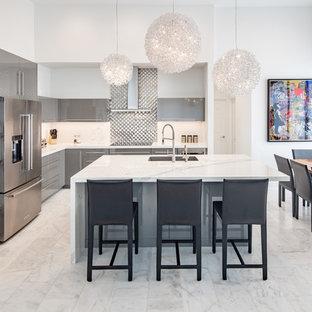 Offene, Große Moderne Küche in L-Form mit Unterbauwaschbecken, flächenbündigen Schrankfronten, grauen Schränken, Quarzwerkstein-Arbeitsplatte, Küchenrückwand in Weiß, Rückwand aus Metallfliesen, Küchengeräten aus Edelstahl, Marmorboden, Kücheninsel, weißem Boden und weißer Arbeitsplatte in Miami