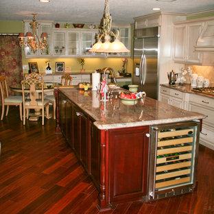 オレンジカウンティの中サイズのカントリー風おしゃれなキッチン (トリプルシンク、レイズドパネル扉のキャビネット、淡色木目調キャビネット、御影石カウンター、ベージュキッチンパネル、セラミックタイルのキッチンパネル、シルバーの調理設備の、無垢フローリング) の写真