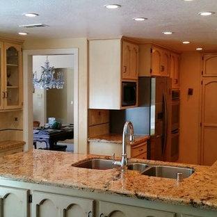 オレンジカウンティの中サイズのカントリー風おしゃれなキッチン (トリプルシンク、落し込みパネル扉のキャビネット、淡色木目調キャビネット、御影石カウンター、ベージュキッチンパネル、セラミックタイルのキッチンパネル、シルバーの調理設備の) の写真