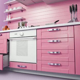 Immagine di una cucina scandinava di medie dimensioni con ante con bugna sagomata, ante rosse, top in superficie solida, elettrodomestici neri e isola