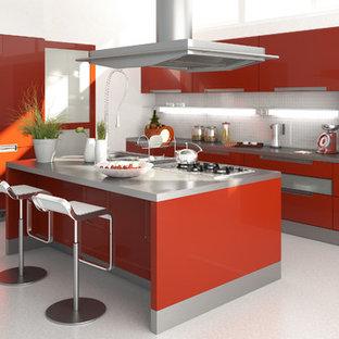バンクーバーの大きいモダンスタイルのおしゃれなキッチン (フラットパネル扉のキャビネット、赤いキャビネット、人工大理石カウンター、白いキッチンパネル、ガラスタイルのキッチンパネル、シルバーの調理設備の、リノリウムの床) の写真