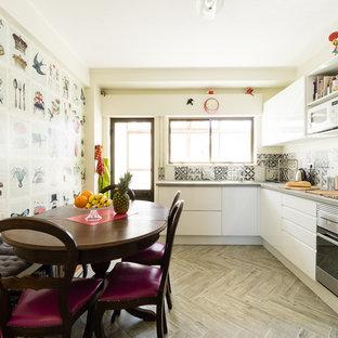 ロンドンの中サイズのエクレクティックスタイルのおしゃれなキッチン (ドロップインシンク、フラットパネル扉のキャビネット、白いキャビネット、コンクリートカウンター、グレーのキッチンパネル、セメントタイルのキッチンパネル、シルバーの調理設備、磁器タイルの床、アイランドなし、グレーの床、グレーのキッチンカウンター) の写真