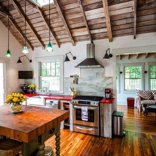 Удачное сочетание для дизайна помещения: кухня в стиле лофт с обеденным столом, искусственно-состаренными фасадами, столешницей из кварцевого композита, островом и красной столешницей - самое интересное для вас