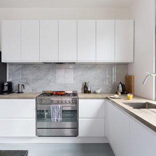 サリーの中サイズのコンテンポラリースタイルのおしゃれなキッチン (ドロップインシンク、フラットパネル扉のキャビネット、白いキャビネット、コンクリートカウンター、白いキッチンパネル、大理石の床、シルバーの調理設備の、クッションフロア、アイランドなし) の写真