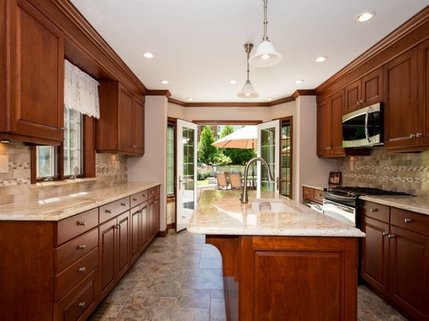 Traditional Kitchen by HOMEREDI