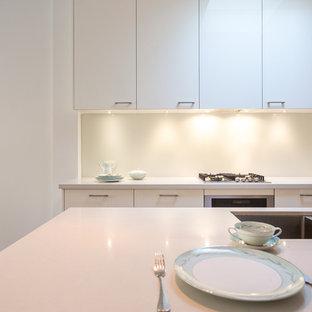 メルボルンのヴィクトリアン調のおしゃれなキッチン (アンダーカウンターシンク、オープンシェルフ、白いキャビネット、クオーツストーンカウンター、白いキッチンパネル、ガラス板のキッチンパネル、シルバーの調理設備、無垢フローリング) の写真