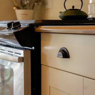 Idéer för att renovera ett mellanstort lantligt kök, med en rustik diskho, skåp i shakerstil, vita skåp, bänkskiva i kvarts, vitt stänkskydd, stänkskydd i tunnelbanekakel, rostfria vitvaror och korkgolv