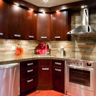 Geschlossene, Mittelgroße Moderne Küche in L-Form mit Doppelwaschbecken, flächenbündigen Schrankfronten, dunklen Holzschränken, Granit-Arbeitsplatte, bunter Rückwand, Rückwand aus Schiefer, Küchengeräten aus Edelstahl, braunem Holzboden, Kücheninsel, braunem Boden und grauer Arbeitsplatte in Sonstige