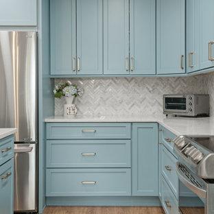 タンパの中くらいのコンテンポラリースタイルのおしゃれなキッチン (アンダーカウンターシンク、シェーカースタイル扉のキャビネット、ターコイズのキャビネット、クオーツストーンカウンター、白いキッチンパネル、大理石のキッチンパネル、シルバーの調理設備、クッションフロア、ベージュの床、白いキッチンカウンター) の写真