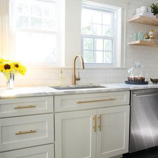 Idéer för att renovera ett litet funkis kök, med en undermonterad diskho, vita skåp, marmorbänkskiva, vitt stänkskydd, stänkskydd i tunnelbanekakel, rostfria vitvaror, skiffergolv och en köksö