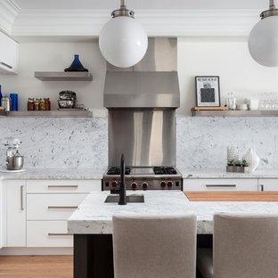 トロントのコンテンポラリースタイルのおしゃれなキッチン (白いキッチンパネル、大理石のキッチンパネル) の写真