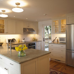 traditional kitchen by Christopher R. Arelt
