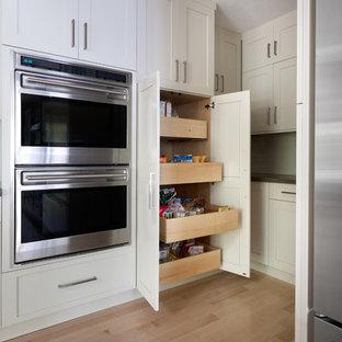 Mittelgroße Klassische Küche mit Vorratsschrank, Waschbecken, Schrankfronten im Shaker-Stil, weißen Schränken, Betonarbeitsplatte, Küchenrückwand in Beige, Rückwand aus Mosaikfliesen, Küchengeräten aus Edelstahl, hellem Holzboden und Kücheninsel in Boston